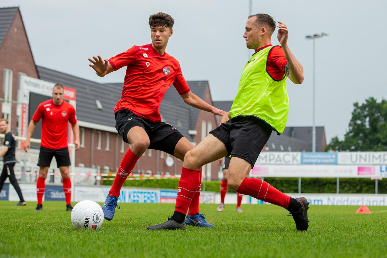 Ricardo Ippel (rechts) is Jordy de Lorme te snel af op de eerste training van De Trefffers.