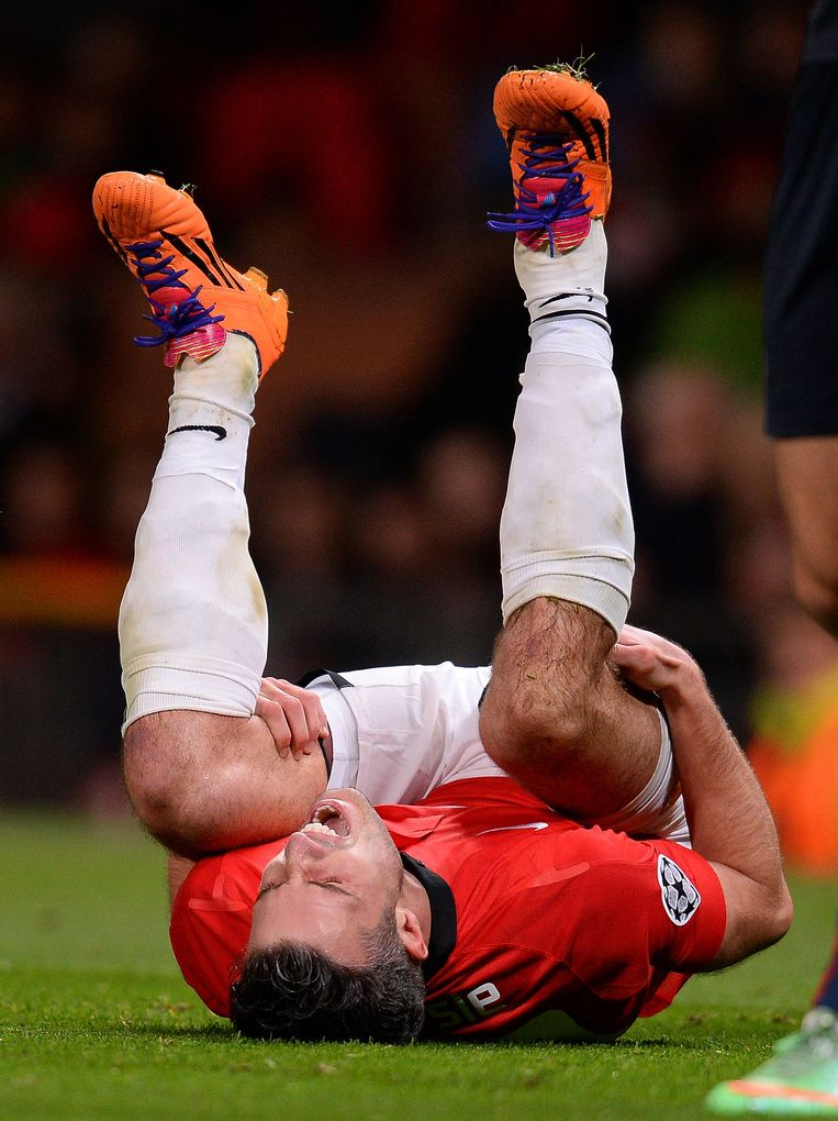 TOPSHOTS Manchester United's Dutch forward Robin van Persie reacts as he is injured during the UEFA Champions League round of 16 second leg football match between Manchester United and Olympiakos at Old Trafford in Manchester on March 18, 2014.  Manchester United won 3-0. AFP PHOTO/ANDREW YATES Beeld AFP