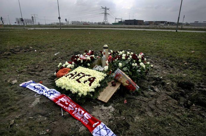 1997: een gewelddaddig treffen tussen Ajax- en Feyenoordhooligans leidt tot de dood van Carlo Picornie.
