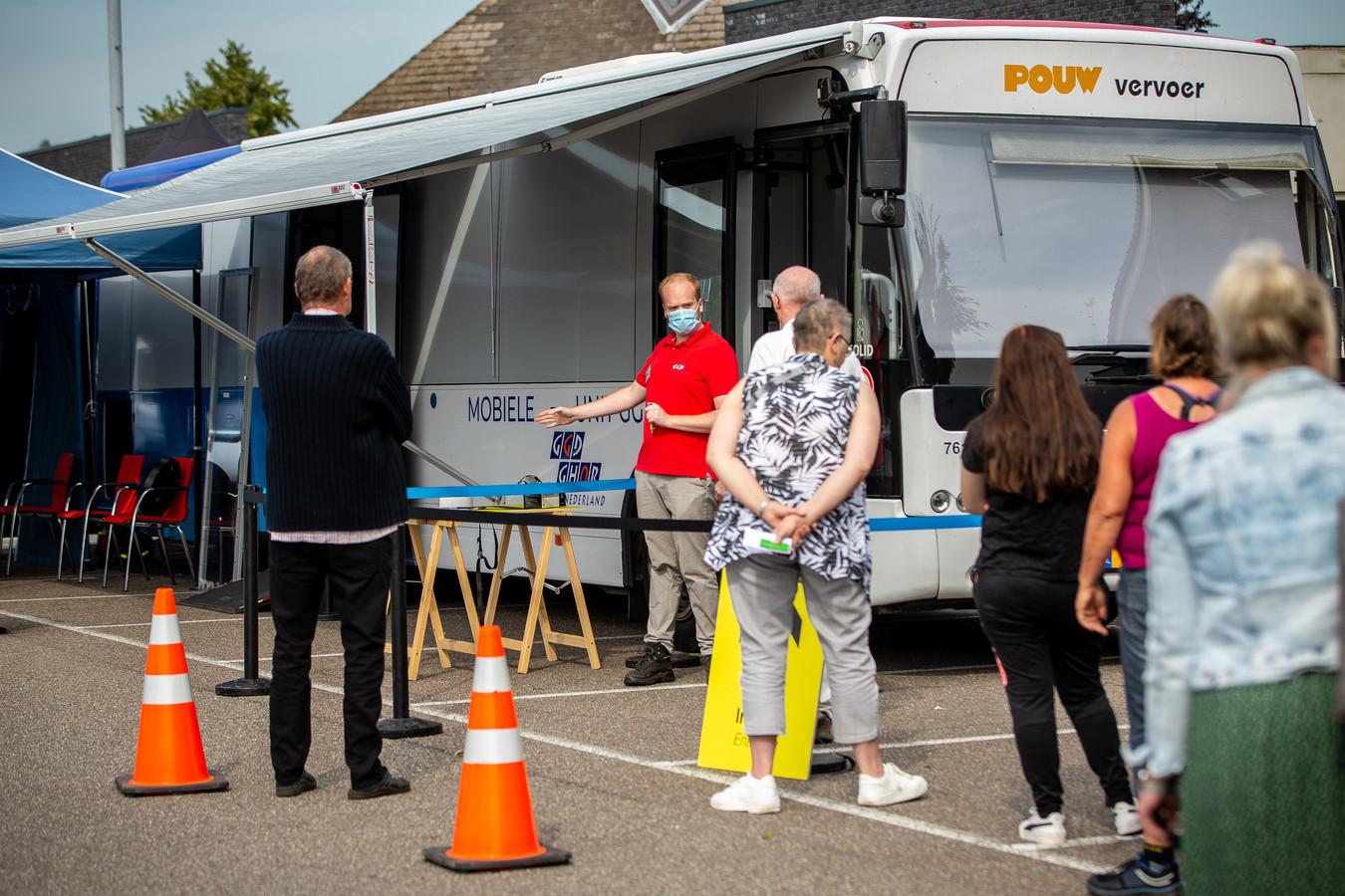 Prikbus van de GGD in Beneden Leeuwen voor prikken-zonder-afspraak.