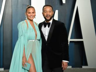 """John Legend verdedigt zijn vrouw Chrissy Teigen: """"Privéberichten van Michael Costello zijn fake"""""""