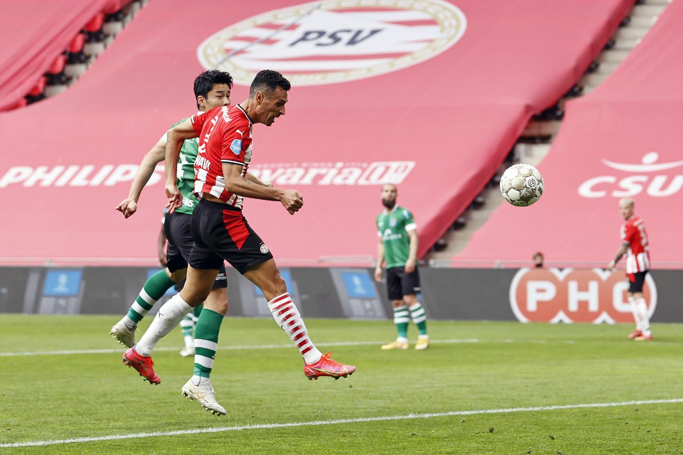Eran Zahavi kopt op aangeven van Donyell Malen fraai de 4-0 binnen namens PSV tegen PEC Zwolle, dat nog terug zou komen tot 4-2.