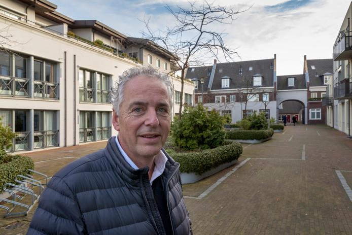 Architect Cleem Snijders op de binnenplaats van De Baronije in Boxtel.