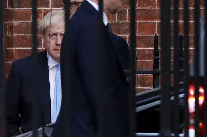 Boris Johnson verlaat Downing Street via de achteringang.