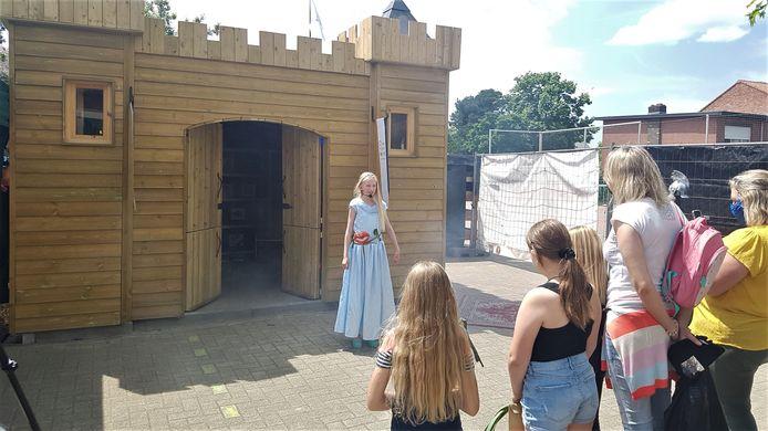 De ontknoping van het verhaal vond plaats aan het houten kasteel op de speelplaats.