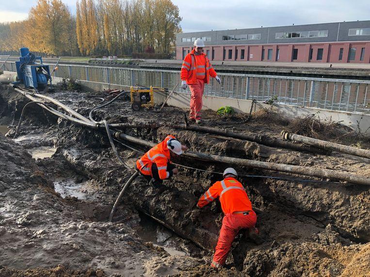 Werklui van De Watergroep proberen het lek zo snel mogelijk te herstellen.