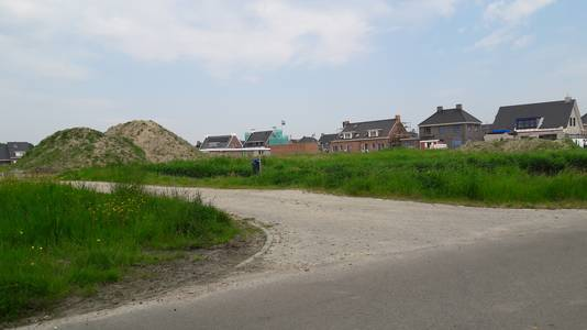 De dam die naar een inmiddels afgebroken schuur leidde, wordt straks gebruikt als bouwweg voor het laatste deel van nieuwbouwwijk Steehof in Yerseke.