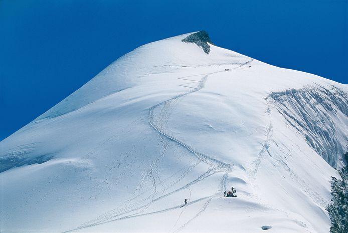 De gletsjer boven het dorpje Saas-Fee in Zwitserland.