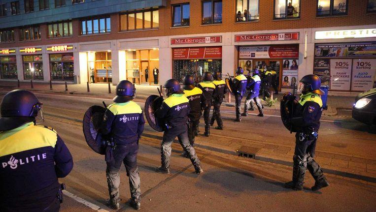 Agenten staan opgesteld voor politiebureau De Heemstraat in de Haagse Schilderswijk. Beeld anp