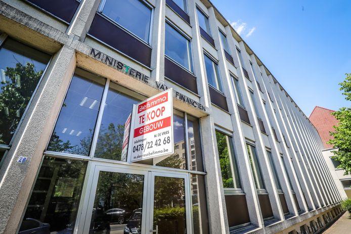 Het voormalige ministerie van Financiën op de Burg in Torhout staat te koop.