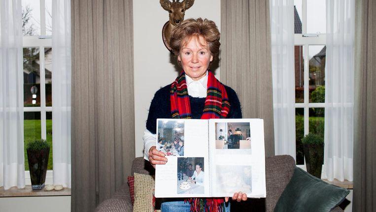Sjan Smetsers met haar fotoalbum. Beeld Renate Beense