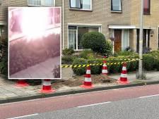 Trottoir voor huis van Bert en Riny knalt met enorme steekvlam spontaan uit elkaar: 'Lijkt veel op incident eerder deze week in Enschede'