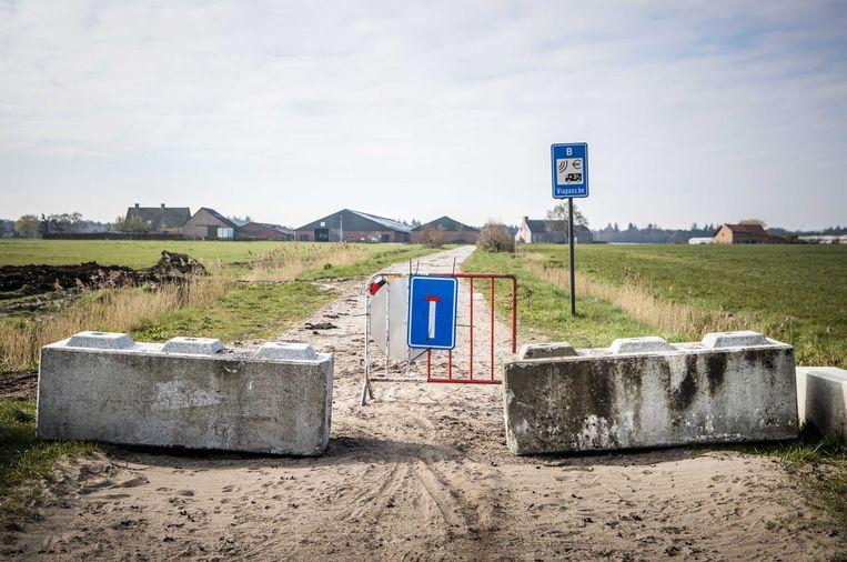 Een afgesloten grensovergang tussen het Nederlandse Grazen en het Belgische Oosteneinde. Beeld ANP