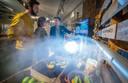 Een initiatief tegen voedselverspilling is te zien in de Verspillingsfabriek in Veghel: door dry misting kan de houdbaarheid van producten verlengd worden.
