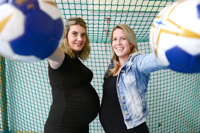 Voor Lynn Kosterink (links) en Eline Legtenberg van eredivisionist Borhave zit handballen er dit jaar niet meer in. Het tweetal is in blije verwachting en hoopt in het nieuwe jaar weer aan te kunnen sluiten.