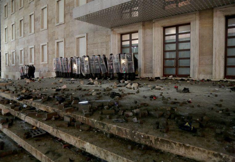De Albanese oproerpolitie treedt op tegen de rellen. Beeld EPA