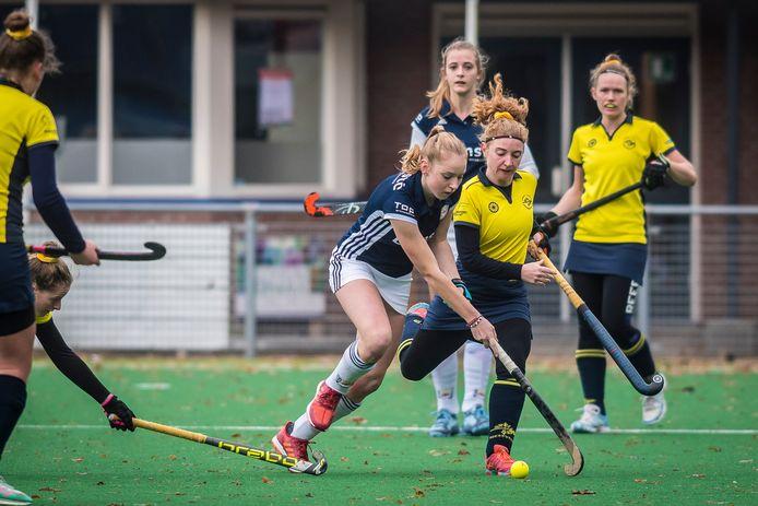 Jongvolwassenen mogen van het kabinet weer in teamverband sporten. Competitie spelen, zoals hier op de foto Apeliotes tegen Enschede EHV, is niet toegestaan. Archieffoto.