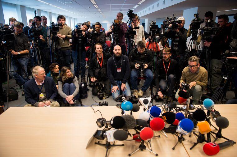 Journalisten, fotografen en cameralui troepen samen voor een toespraak in Brussel. Voor slechts 34 procent is televisie de belangrijkste bron van nieuws, 13 procent verkiest printmedia. Beeld BELGA