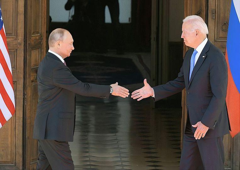 De Russische president Vladimir Poetin schudt zijn Amerikaanse collega Joe Biden de hand bij aankomst in Genève. Beeld Photo News