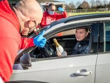Helmond Sport zet vrijwilligers in het zonnetje met kerstdrive-in: 'Op z'n Helmonds'
