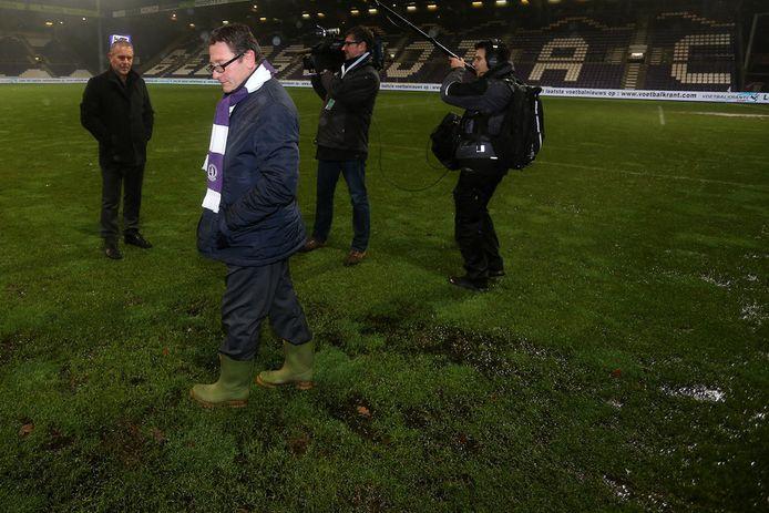 Harm Van Veldhoven en Patrick Vanoppen -op laarzen- inspecteren het veld.