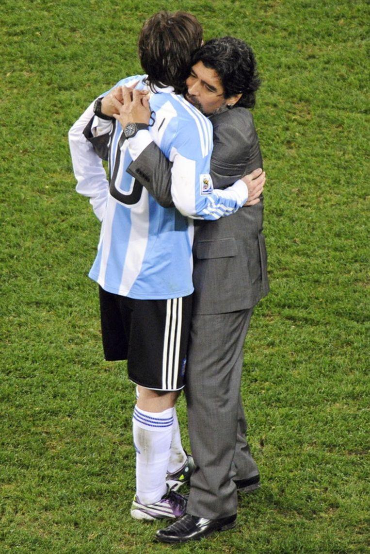Diego Maradona en zijn 'oogappeltje' Lionel Messi knuffelen elkaar tijdens het WK 2010. Beeld null