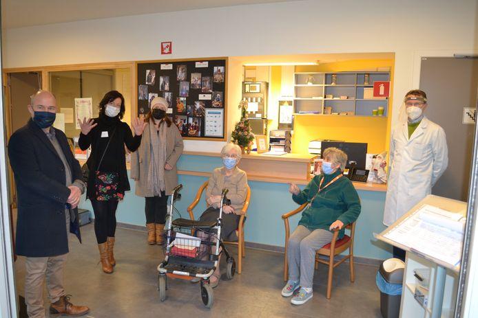 Marie-Louise Verbestel en Jeannine Van Malderen  kregen de eerste vaccinaties in wzc Ter Bake in Denderleeuw, in aanwezigheid van onder meer burgemeester Jo Fonck en schepen Sofie Renders.
