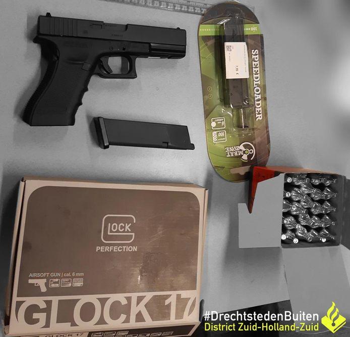 Het aangetroffen airsoftwapen van de 23-jarige man uit Zwijndrecht.
