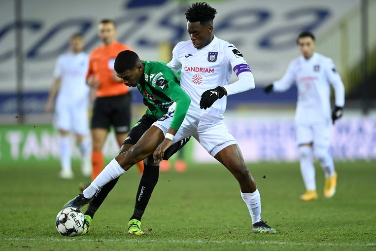 Sambi Lokonga vecht om de bal met Cercle Brugge-speler Jean Harisson Marcelin, vorig weekend. Beeld Photo News