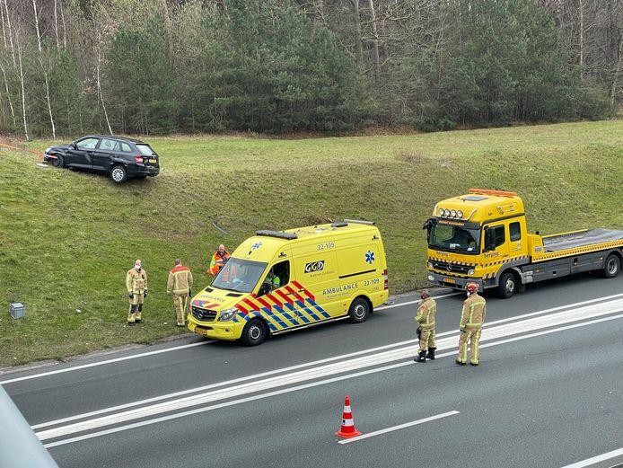 Auto komt op metershoge berm terecht bij A50 in Eindhoven.
