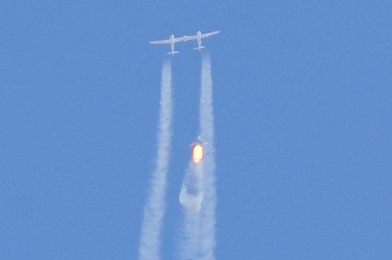 Het vliegtuig dat de ruimtecapsule van Branson richting de ruimte brengt. Beeld AFP
