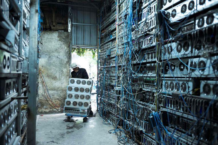 Een Chinese werknemer in een cryptocurrencyloods in Dujiangyan in de provincie Sichuan. Beeld AFP