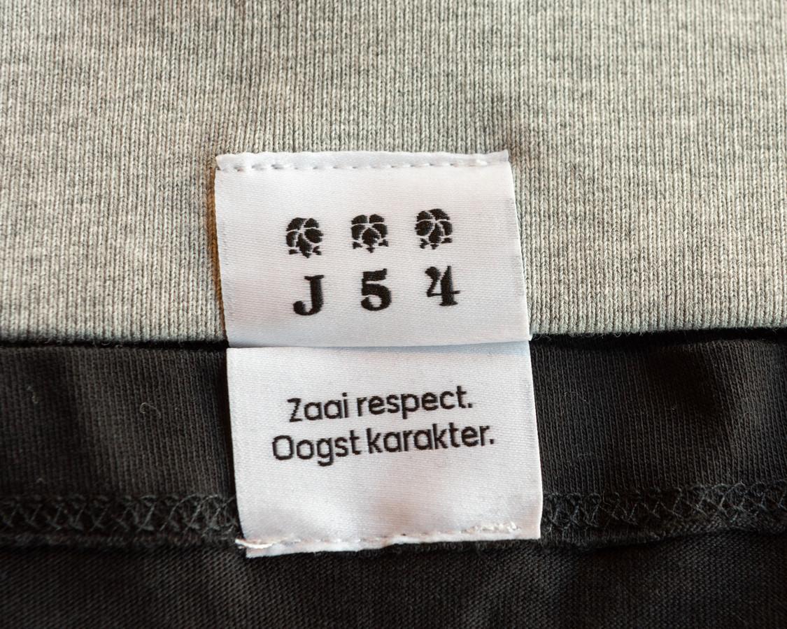Een label in de kleding van Johan.