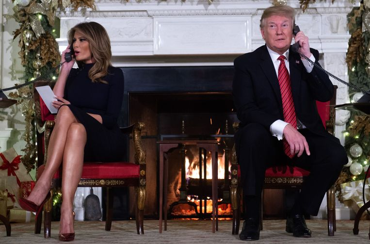 President Donald Trump en First Lady Melania Trump beantwoorden aan de telefoon vragen.  Beeld AFP