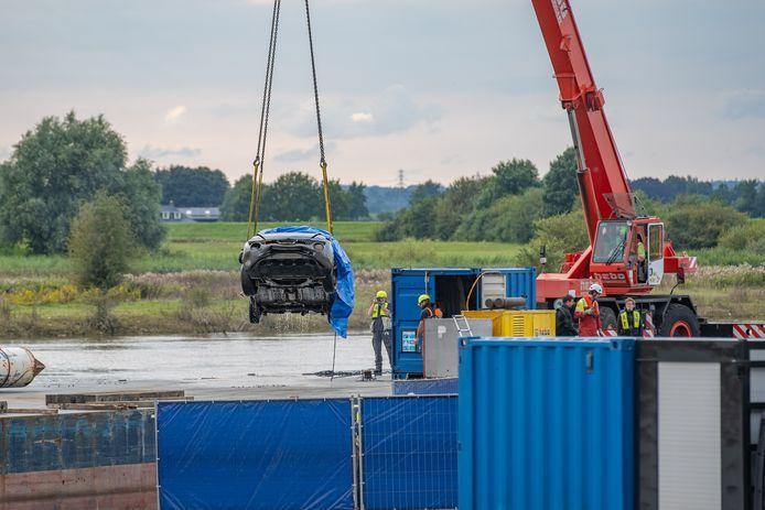 De auto wordt bij Wijhe uit de IJssel getakeld.