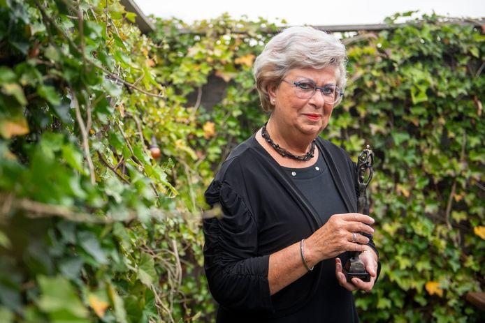 Elfriede Langendonk met de Beste Buurbokaal, die ze kreeg van wethouder Martin Velten.