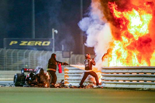 Romain Grosjean stapt uit de vuurzee na zijn crash.