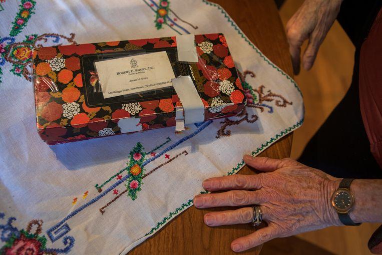 Alida Engel bewaart belangrijke brieven en aandenken aan haar ouders in deze 'funeral box'.  Beeld Chantal Heijnen