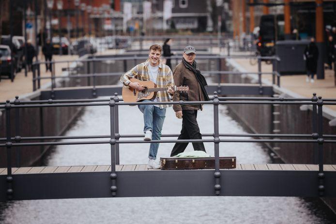 Snarenwonder: Thijmen de Koeijer speelt gitaar, zingt, is populair op TikTok en brengt in Zevenbergen het zelfgeschreven liedje Kleurenpalet ten gehore.