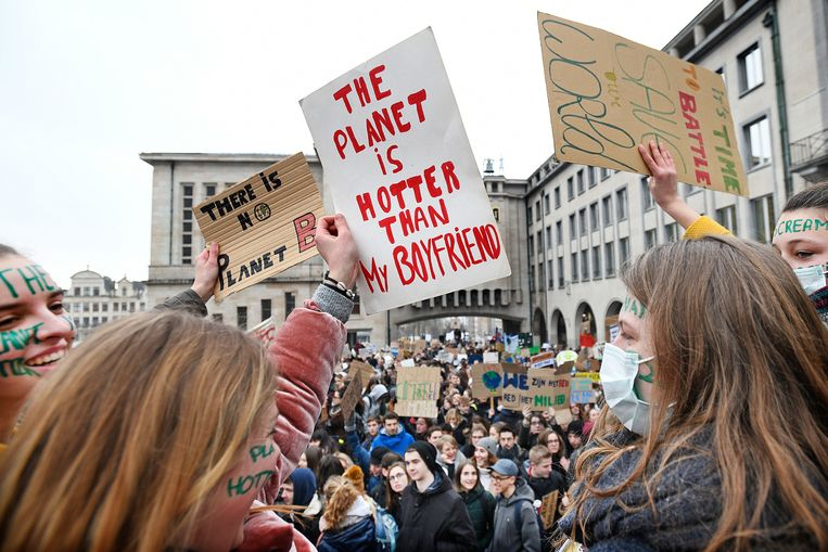 Juichend, en soms ook sneeuwballen gooiend, protesteerden 35.000 jongeren donderdag in Brussel voor het gebrek aan actie tegen klimaatverwarming.  Beeld Guus Dubbelman / de Volkskrant