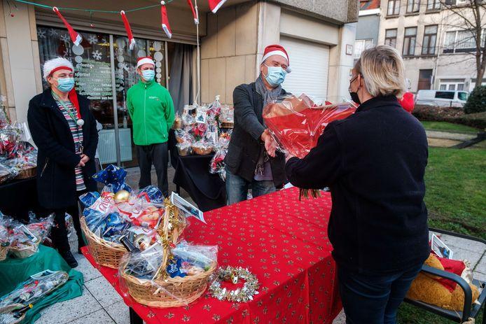 De bewoners van woonzorgcentrum Den Drossaert werden zondagmiddag door de buschauffeurs van De Lijn getrakteerd op een kerstmand, gevuld met lekkers.