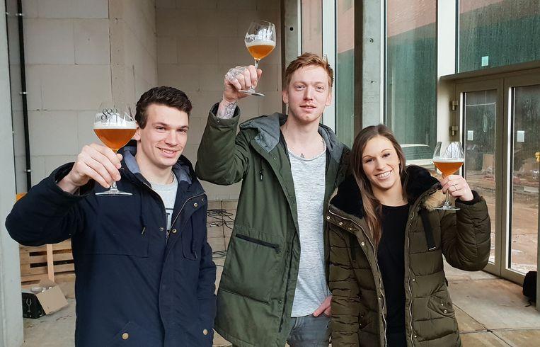 Alex Verhoeven (midden) en Nathalie de Baenst met één van hun medewerkers in de pop-up