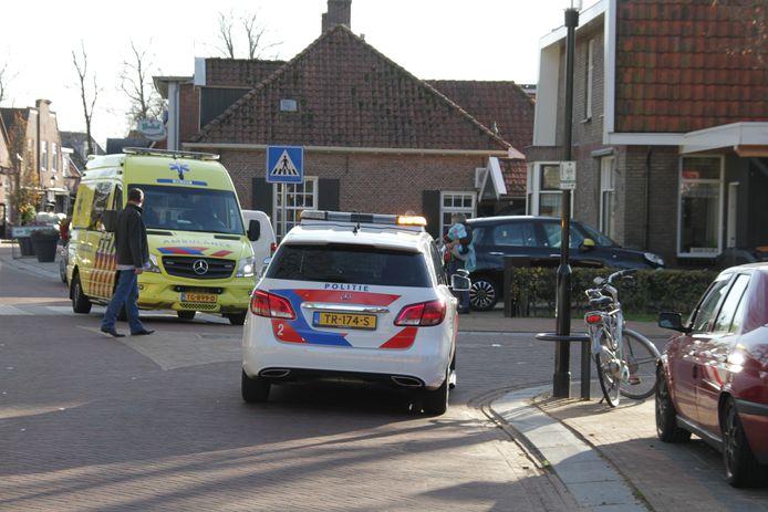 ENTER - Op de kruising tussen de Dorpsstraat met Het Reggedal in Enter is vrijdagmiddag een fietser gewond geraakt na een botsing met een auto. De fietser is met onbekend letsel naar het ziekenhuis overgebracht.