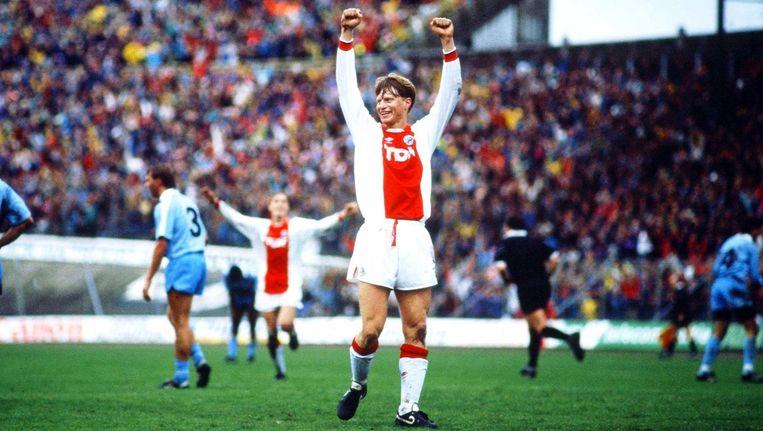 Pettersson viert dat hij heeft gescoord tegen PSV, 1990. Beeld Soenar Chamid/HH