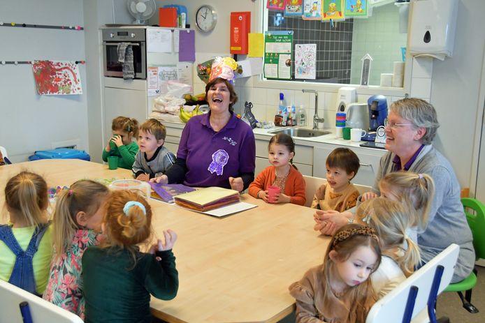 Rita de Mul beleeft maandagochtend veel plezier aan het speciaal voor haar samengesteld jubileumboek in haar kindergroep in brede school Othene in Terneuzen, rechts collega Karin Lensen.