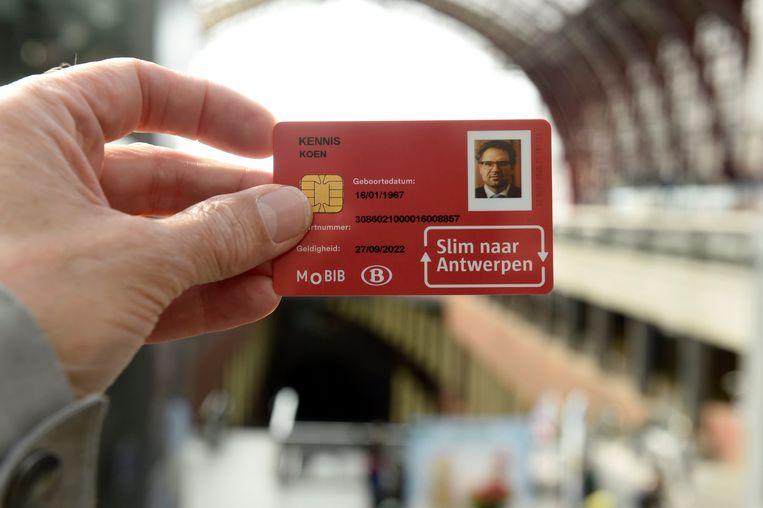 De City Pass van Antwerps mobiliteitsschepen Koen Kennis naar aanleiding van de lancering ervan.  Beeld Photo News