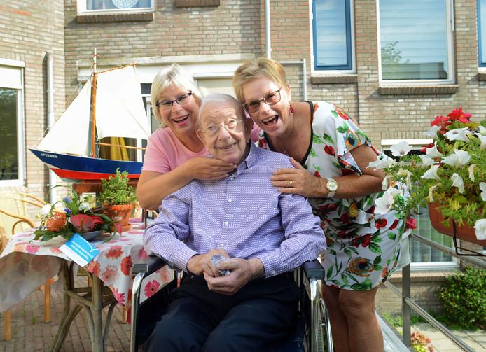 De jarige Piet Warrens met zijn dochters Anja Koppelman-Warrens (links)en Rosemarie Saman-Warrens. Op de achtergrond Sperwer; de boot die hij samen met een kleinzoon maakte om mee te spelevaren in de Zierikzeese gracht