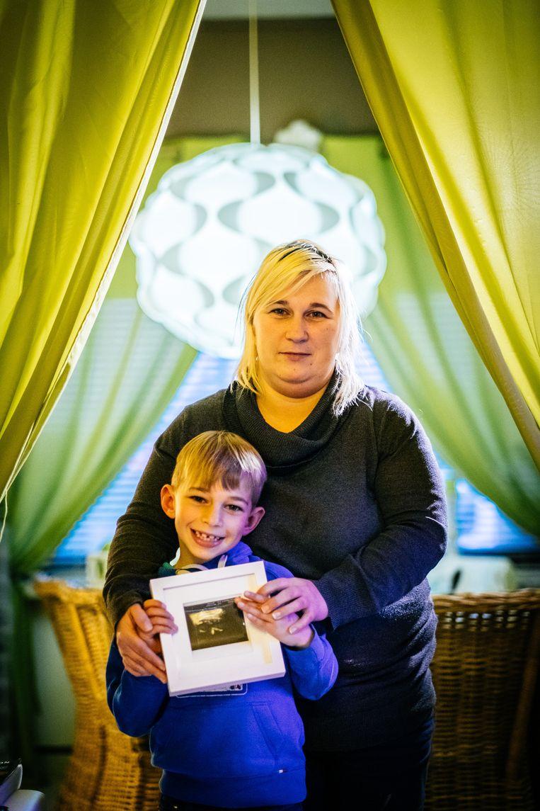 Sandra Vandevoorde (40)verloor haar kind op zestien weken. Samen met haar zoontje van zeven toont ze een echo van de ongeboren Wynoma. Beeld