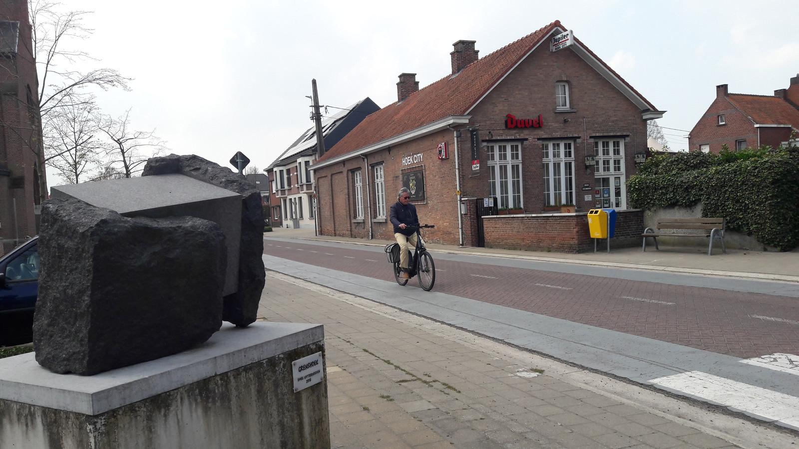Vanaf het café tegenover de kerk in Essen-Hoek kunnen fietsers (verder België in, maar niet tot de grens bij Huijbergen) gebruik maken van de in het grijs aangegeven paden in beide rijrichtingen, visueel afwijkend van de autorijbanen. Op dit kruispunt kunnen fietsers ook de afslag richting Kalmthoutse Heide nemen.
