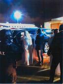 Eenheden van de Dubai Police en Nederland op het vliegveld waar Taghi wordt overgedragen aan de Nederlandse autoriteiten